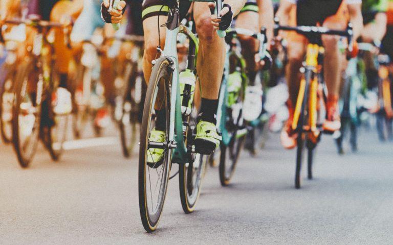 Coureurs cycliste sur les routes de la cours Ardéchoise