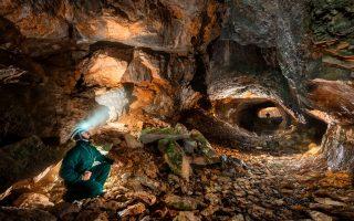 Un spéléologue dans des cavités sous-terraines
